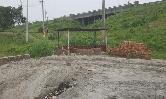 কামারখন্দে রেলওয়ের জমিতে অবৈধ দখলদারের মার্কেট নির্মাণ চলছেই